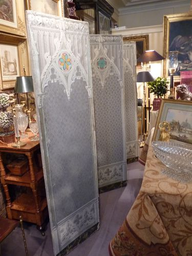 paravent romantique en papier peint d cor n o gothique vers 1830 desarnaud. Black Bedroom Furniture Sets. Home Design Ideas
