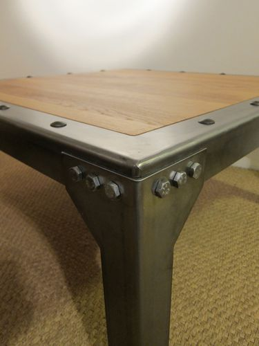 TABLE BASSE RIVETEE BOULONNEE