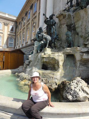 Budapest-1-septembre-statue-chateau.jpg