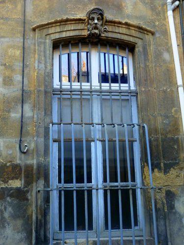 Les deux lions de la rue mazarine le blog sur aix en for Git porte et fenetre