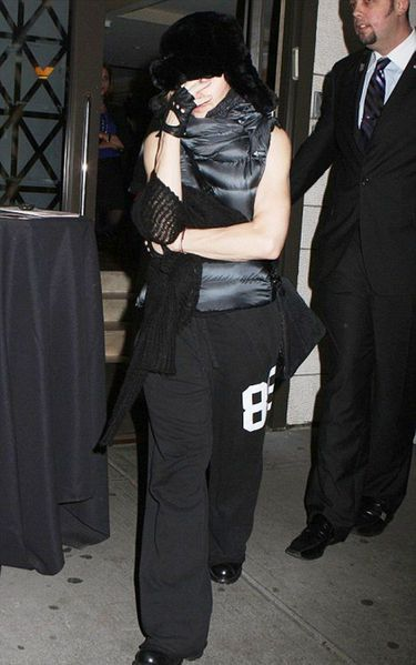 20111113-pictures-madonna-kabbalah-centre-new-york-01