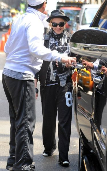 20120513-pictures-madonna-kabbalah-centre-new-york-01.jpg