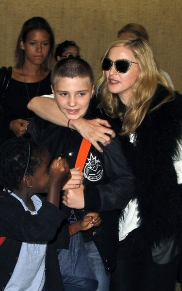 20110905-pictures-madonna-jfk-airport-new-york-01