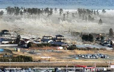 japon-tsunami-waves-of-tsunami-hit-residences--AP.jpg