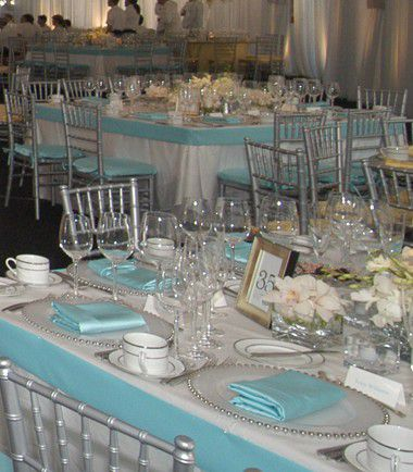Une décoration de table blanche et bleue clair
