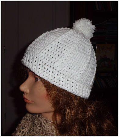 bonnet blanc à pompon .