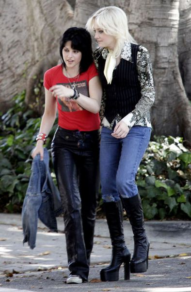 Kristen-Stewart-and-Dakota-Fanning-in-The-Runaways.jpg