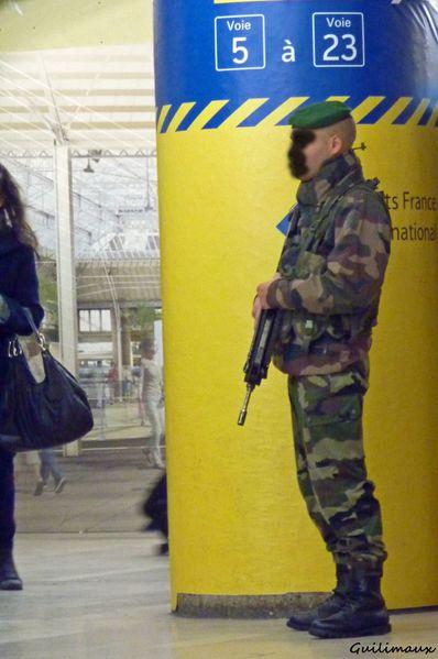 Militaire-arme-en-surveillance-a-la-Gare-de-Lyon.jpg