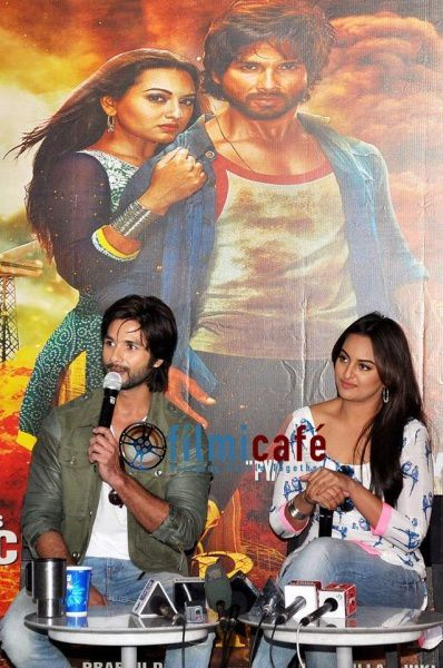 Shahid-Kapoor-and-Sonakshi-Sinha-Leaving-for-R-.--copie-8.jpg