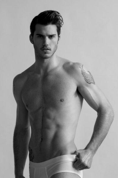 Samuel-Finn-Male-Model-Burbujas-De-Deseo-03-526x790.jpg