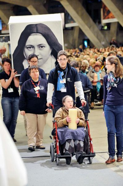 Procession-handicapes-a-Lourdes-avec-Therese-parousie.o.jpg