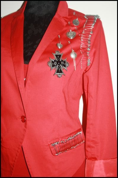 Veste-rouge-epingles-tres-Balmain-medailles-.jpg