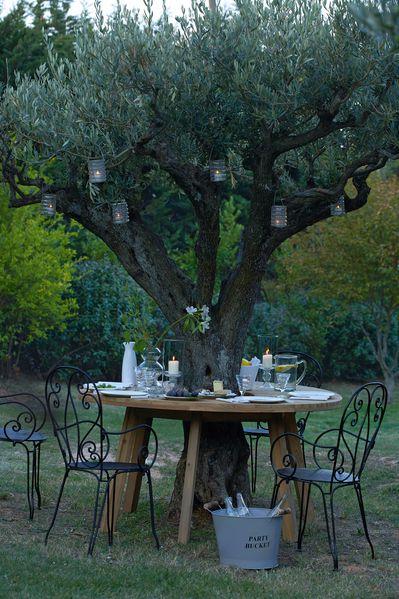 table autour d 39 un arbre d co d 39 amour. Black Bedroom Furniture Sets. Home Design Ideas