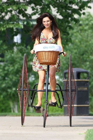 kelly-brook-bicycle-5