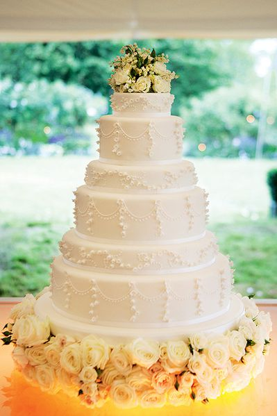 kate-moss-wedding-cake-lilyof-the-valley[1]