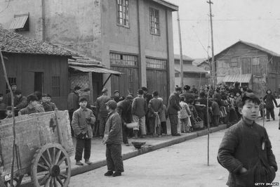 1959-chinois-faisant-la-queue-pour-nourriture.jpg