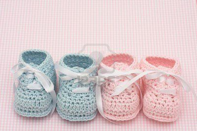4607451-bleu-et-rose-les-chaussons-pour-b-b-s-sur-fond-rose.jpg