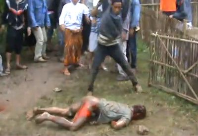 lapidation d'un non musulman par des musulmans en Indonési