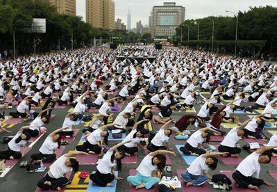 1163940_people-practice-yoga-in-front-of-the-presidential-o.jpg