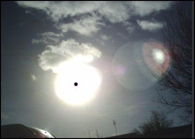 3 soleil planete rouge vaisseau Enorme petit