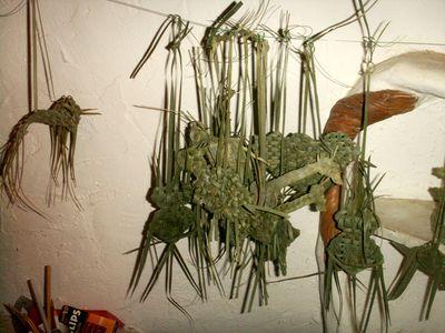 hibou chameau en feuilles de palmier