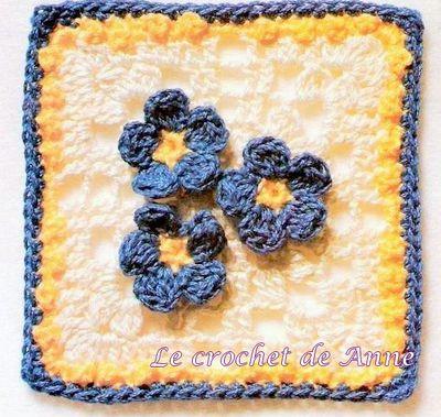 carré et ses 3 fleurs bleues