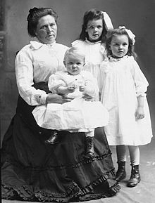 Belle Gunness with children