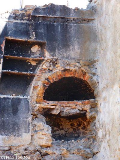 Bessède de Sault 0126 vestige de four dans un mur