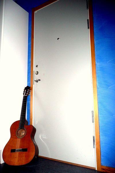 Met---The-guitar-next-door.JPG