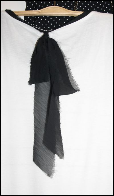 T-shirt-a-rayures-noir-et-blanc---noeud-noir-dans-le-dos--.jpg