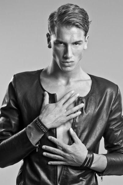 Tomas-Rabbering-Hot-Male-Model-Burbujas-De-Deseo-04.jpg