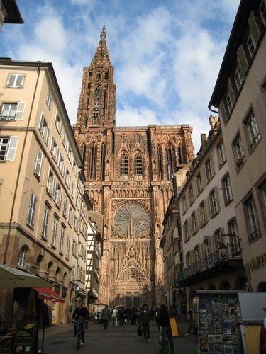 La Cathédrale de Strasbourg vue de la rue Mercière (photo)