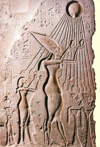 Akhenaton-et-son-epouse-devant-Aton.jpg