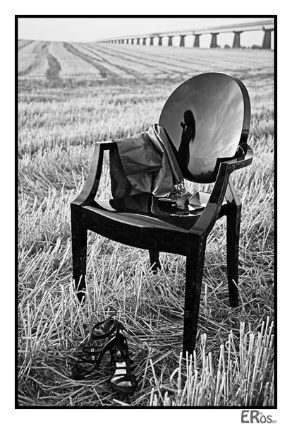nature-morte-fille-chaise-philippe-starck-champs-2010.jpg