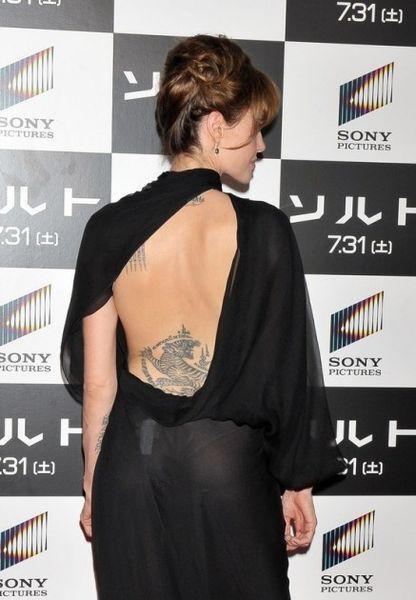 Angelina-Jolie-dos-nu-437x630