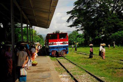 train en gare de hsipaw (Small)