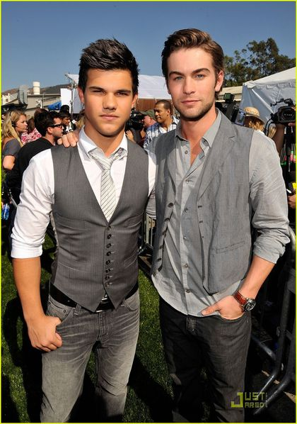 chace-crawford-taylor-lautner-teen-choice-awards-04.jpg