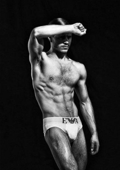 Matthieu-Charneau-Hot-Body-Ugo-Richard-Burbujas-De-Deseo-05.jpg