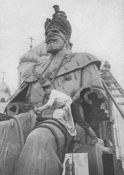 (Révolution Russe) Destruction de la statue du Tsar