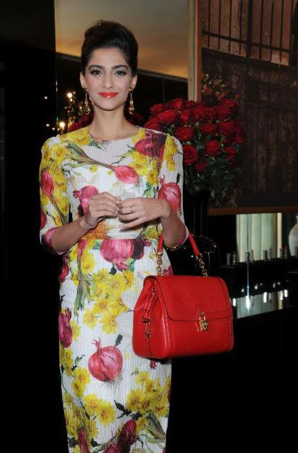 Sonam-Kapoor-continue-son-fashion-voyage---dolce---gabbana-.jpg