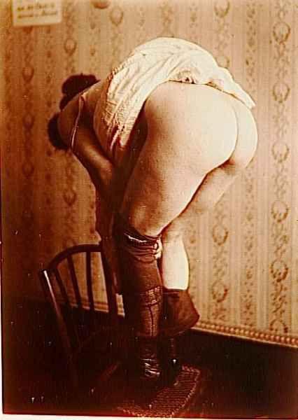 385f645bec5068f7-grand-etude-femme-dos-debout-sur-chaise-an.jpg