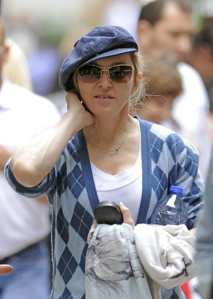 20111003-pictures-madonna-out-about-new-york-01