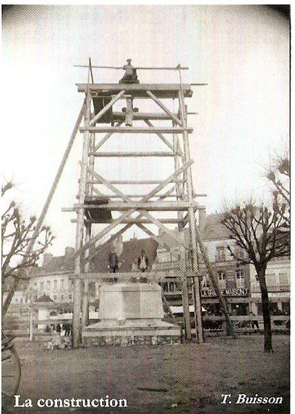 AUTUN 11a - Monument aux morts
