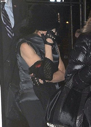 20111113-pictures-madonna-kabbalah-centre-new-york-06