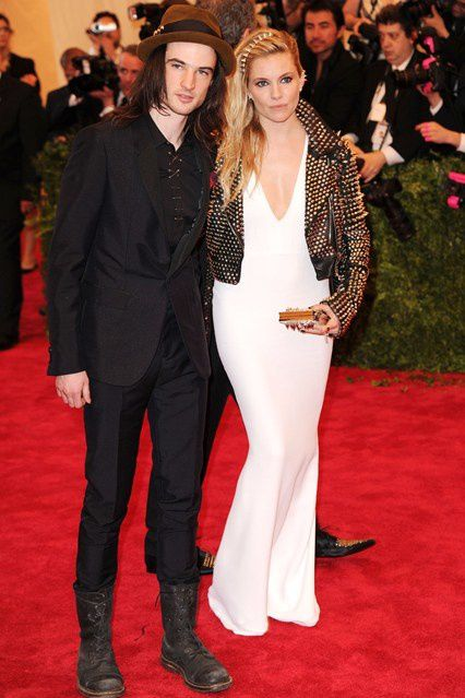 tom-sturridge-sienna-miller-vogue-7may13-rex_b_426x639.jpg