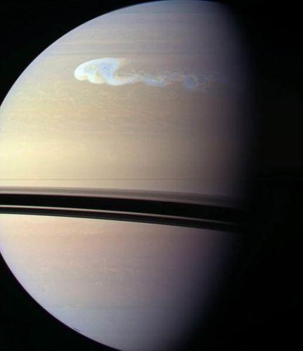 tempete-sur-Saturne-par-la-sonde-Cassini.jpg