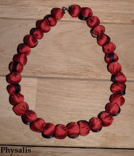 collier tissu rouge et ruban noir