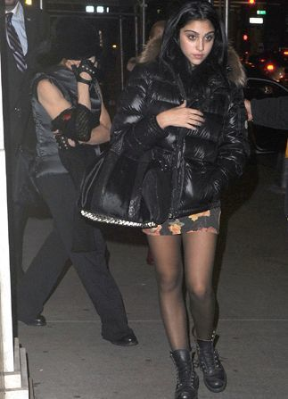 20111113-pictures-madonna-kabbalah-centre-new-york-05