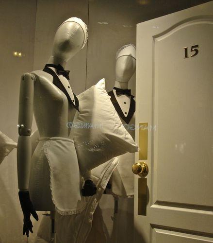 mannequin soubrette vitrine Galeries Lafayette oreiller