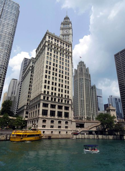 Chicago-River-Water-taxi-4-Wrigley-Building-et-Chicago-Trib.jpg